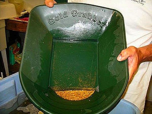лоток, в котором промывают золото